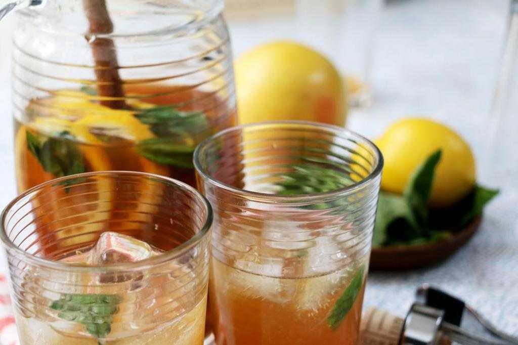 Водка при простуде, насморке и гриппе: помогает ли лечение и рецепты приготовления с перцем, лимоном, медом и малиной, а также польза и вред питья с чаем