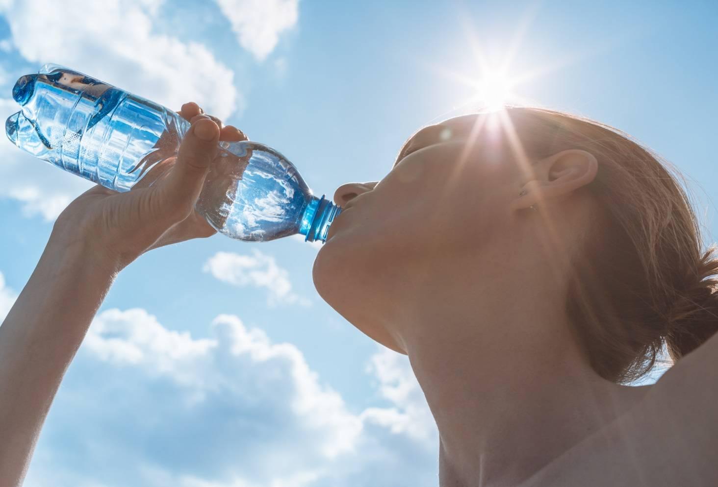 Почему ночью хочется пить воду: причины, опасность, лечение