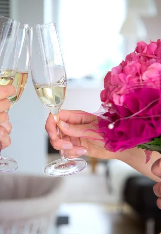 Кириллица   девушки должны чокнуться бокалами с мужчинами перед тем, как выпить: как появилась эта традиция