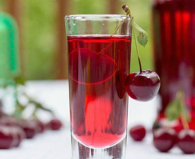 Домашняя настойка из вишни, непритязательная и такая вкусная