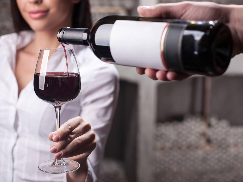Почему через руку нельзя наливать алкоголь, что будет, если нарушить примету, как избавиться от влияния поверья?
