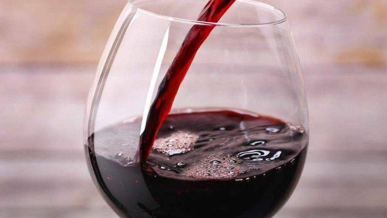 Белое вино повышает или понижает давление человека?