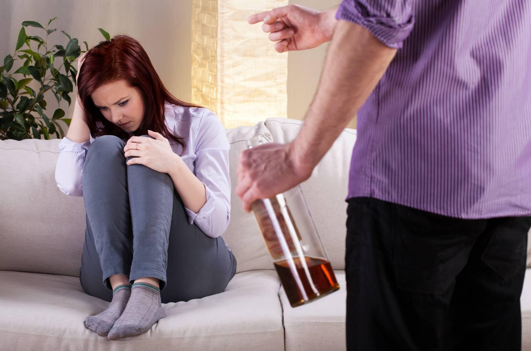 В чужом живут похмелье: как не сойти с ума в квартире с алкоголиком | статьи | известия
