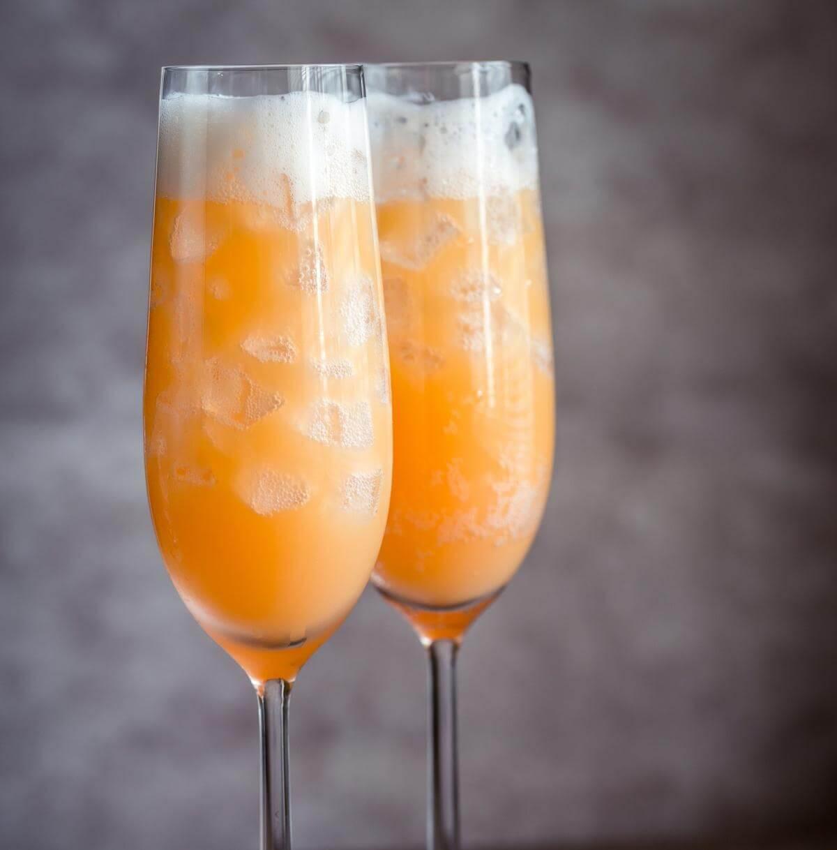 Популярный венецианский коктейль беллини из персиков и игристых вин просекка
