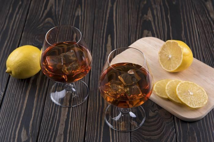 Коньяк с лимоном в качестве закуски – хорошая традиция?