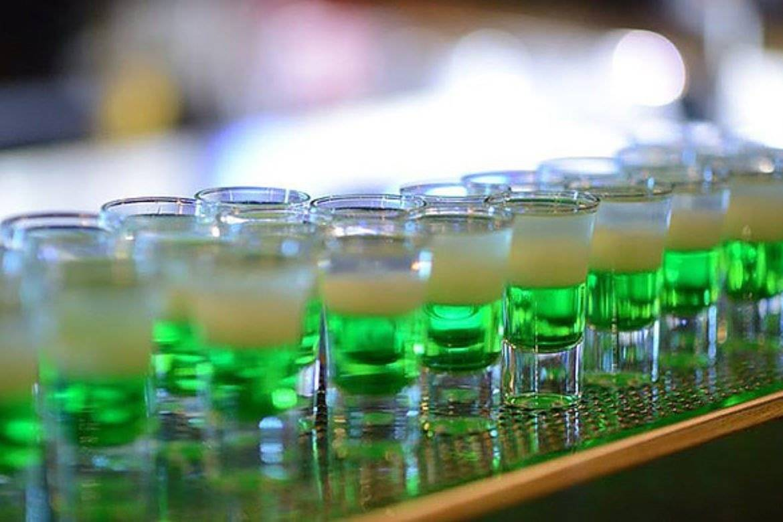 Коктейль зеленый мексиканец и ликер пизан амбон. коктейль зеленый мексиканец.