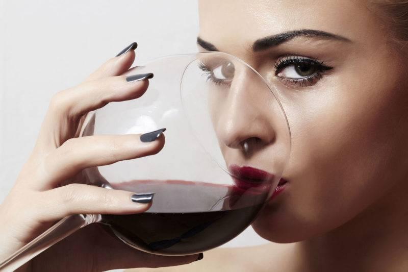 Как быстро убрать запах перегара изо рта: что нужно съесть