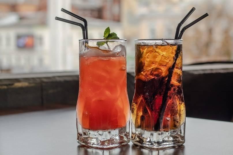 Зачем в коктейле две трубочки – версии появления традиции