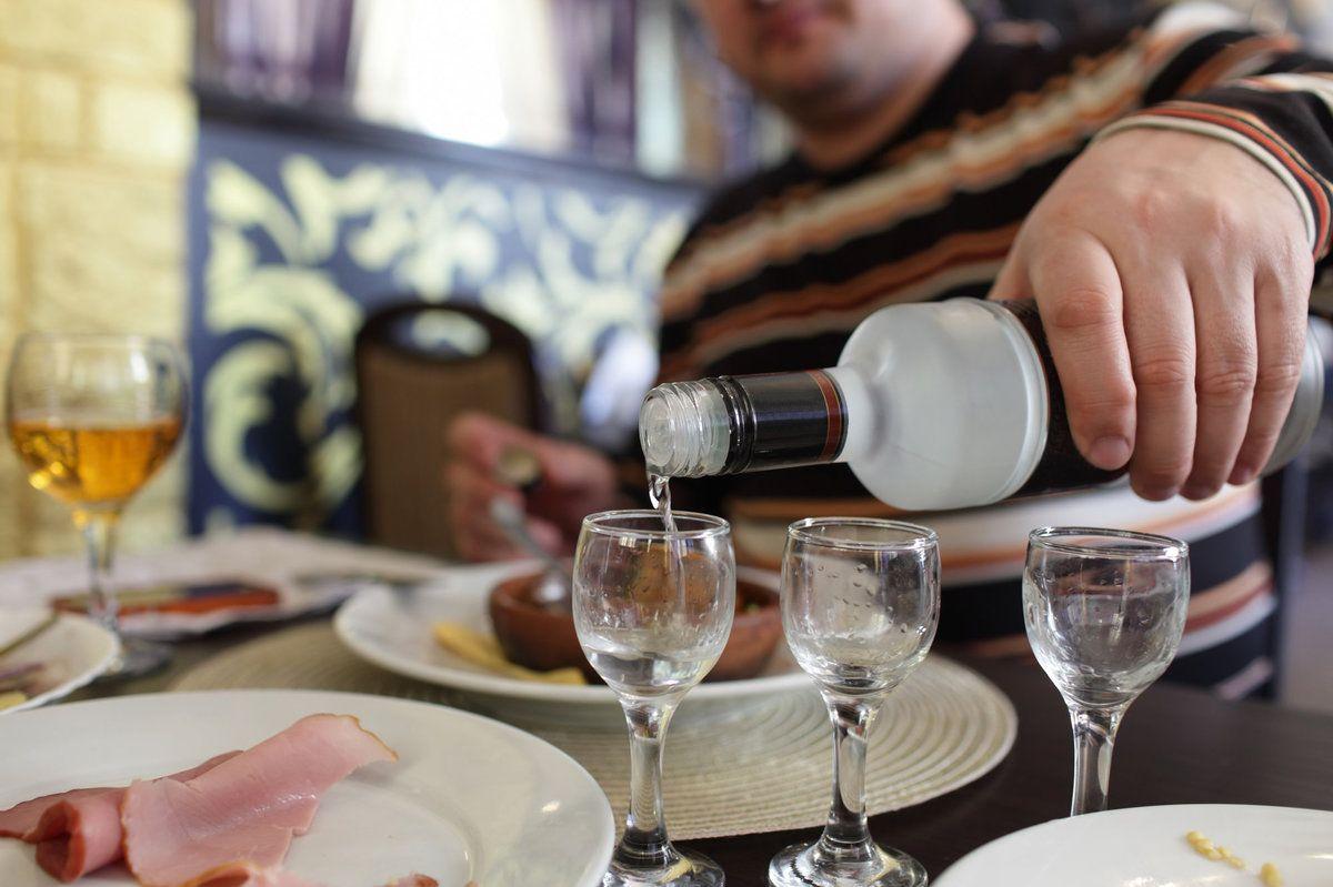 Как правильно пить водку и чем лучше всего закусывать водку чтобы не болеть? можно ли запивать водку и что делать чтобы избежать похмелья
