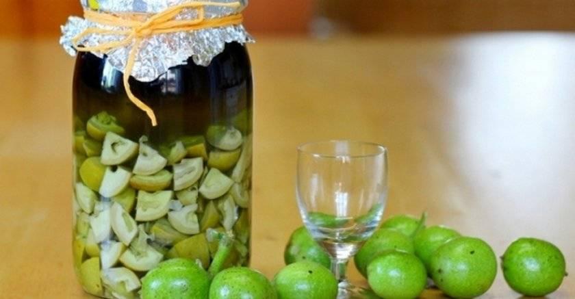 Всё о приготовлении разных видов настойки из зелёных грецких орехов, а также о пользе и вреде её употребления