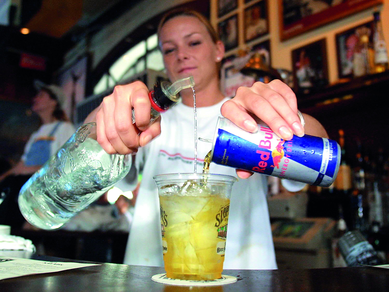Почему нельзя наливать алкоголь через руку?