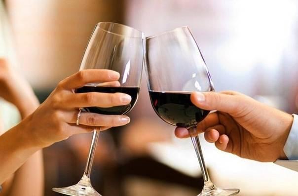 Кириллица | зачем люди чокаются бокалами перед тем, как выпить