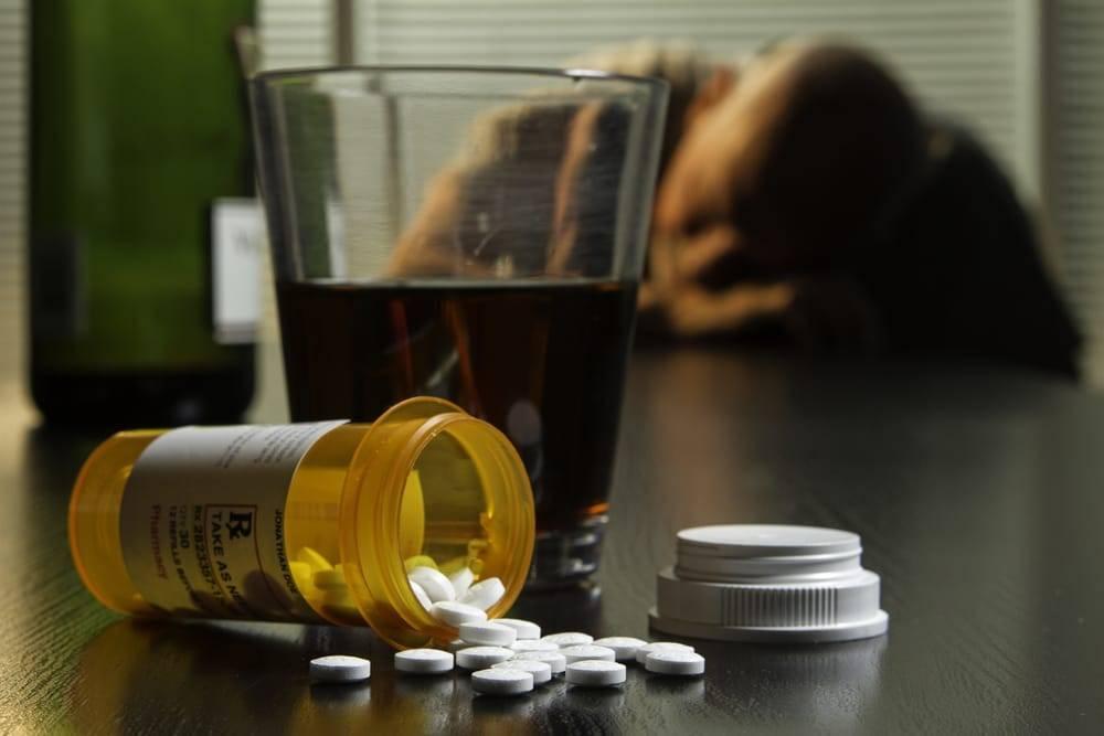 Что подмешать в водку чтобы человек уснул. какие лекарства подсыпают в алкоголь чтобы человек уснул? как действуют лекарства на алкоголика