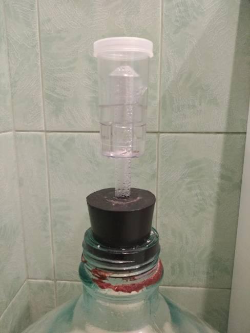 Как сделать гидрозатвор для браги, для чего нужен и как работает