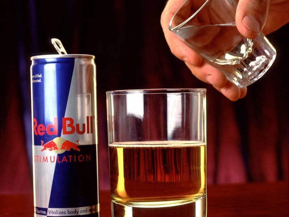 Этикет или примета? почему нельзя наливать алкоголь через руку?