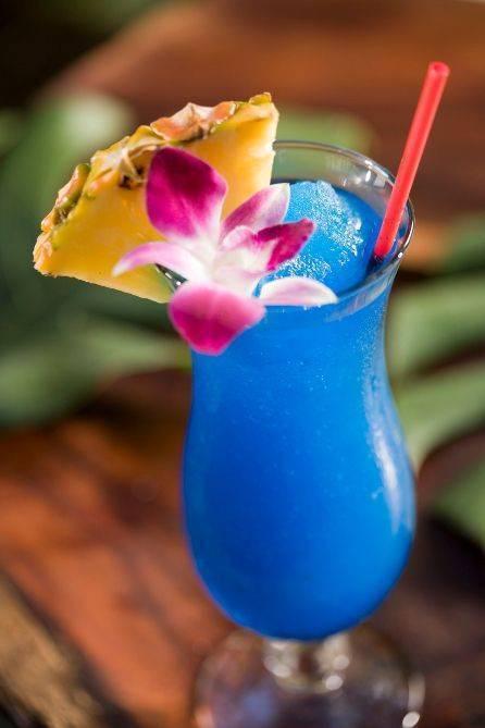 Готовим сами коктейль голубые гавайи