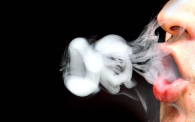 Пускаем кольца из дыма электронных сигарет