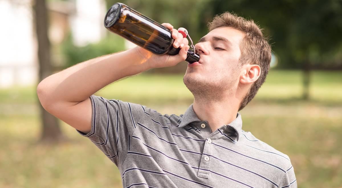 Можно ли пить пиво в общественных местах: на улице, парках, в пакете и без - нормы и штрафы в 2020 году