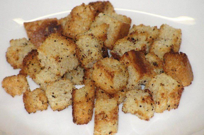 Сухарики из хлеба в духовке с чесноком и специями, 2 самых вкусных рецепта с фото