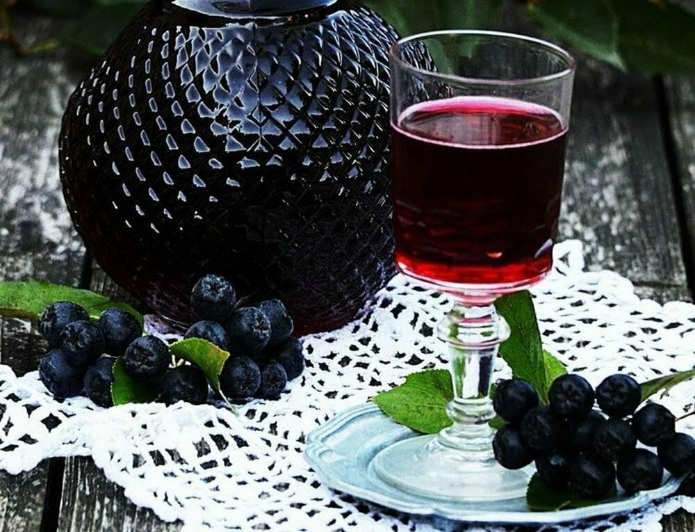 Рецепты домашнего ликёра из черноплодной рябины и листьев вишни