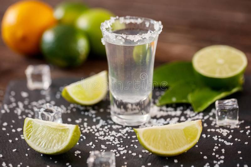 Правильно ли пить текилу с солью и лаймом и как еще можно разнообразить ее употребление?