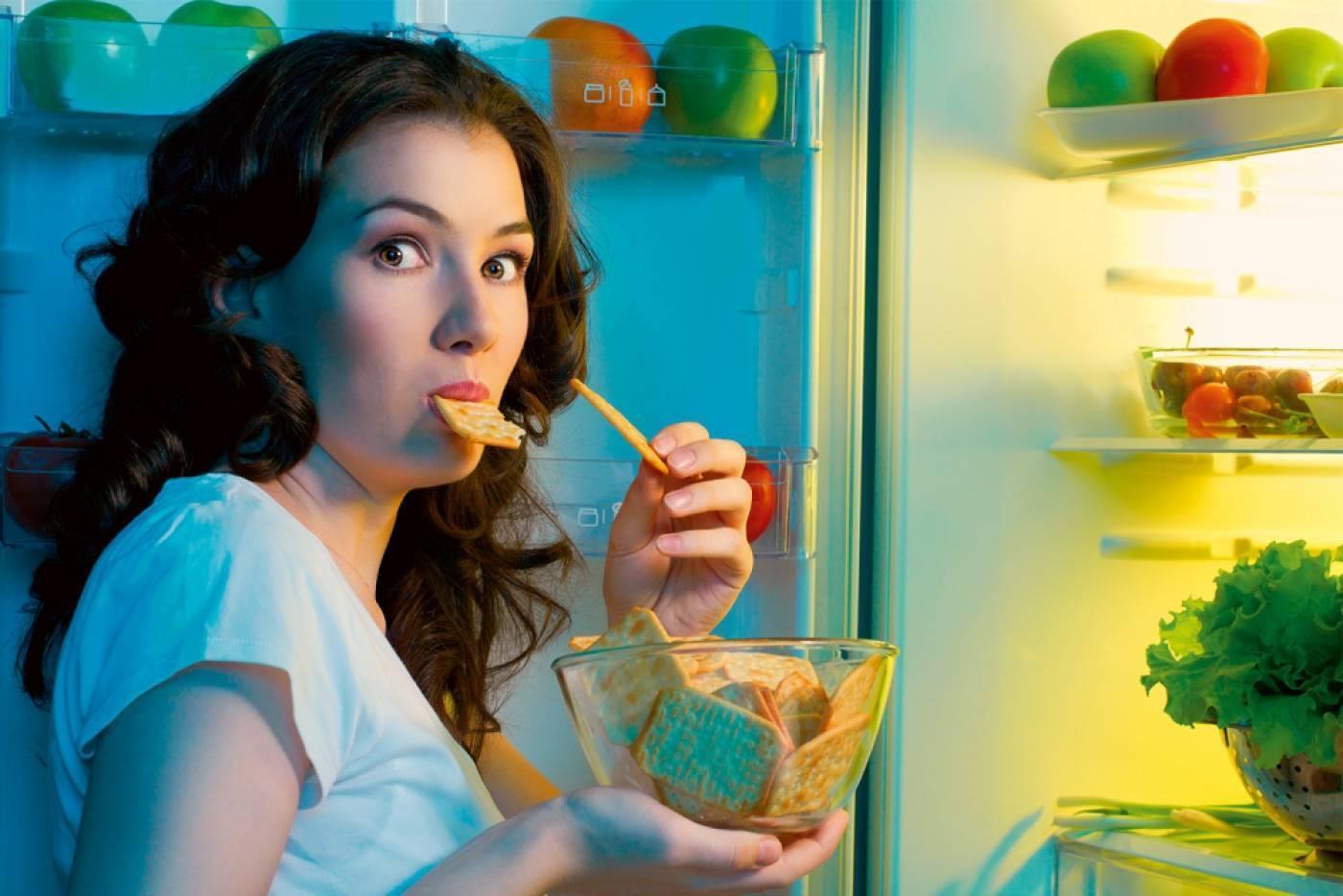 Почему с похмелья хочется есть и пить воду каждые 5 минут: хочется соленого и сладкого и съесть всякую гадость