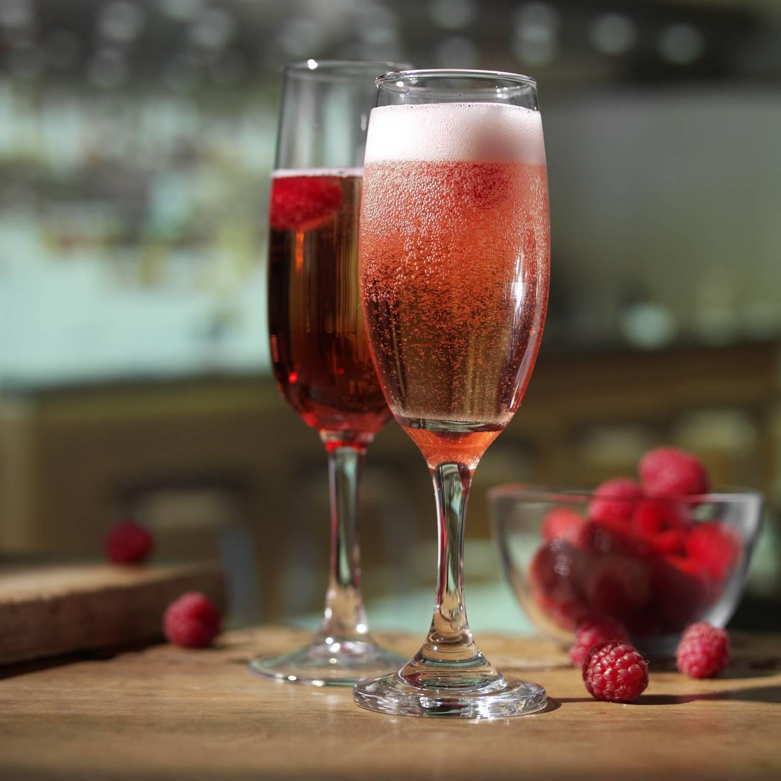 Название коктейля шампанское с черносмородиновым ликером. коктейль с военной историей – кир рояль. появление «королевского» варианта