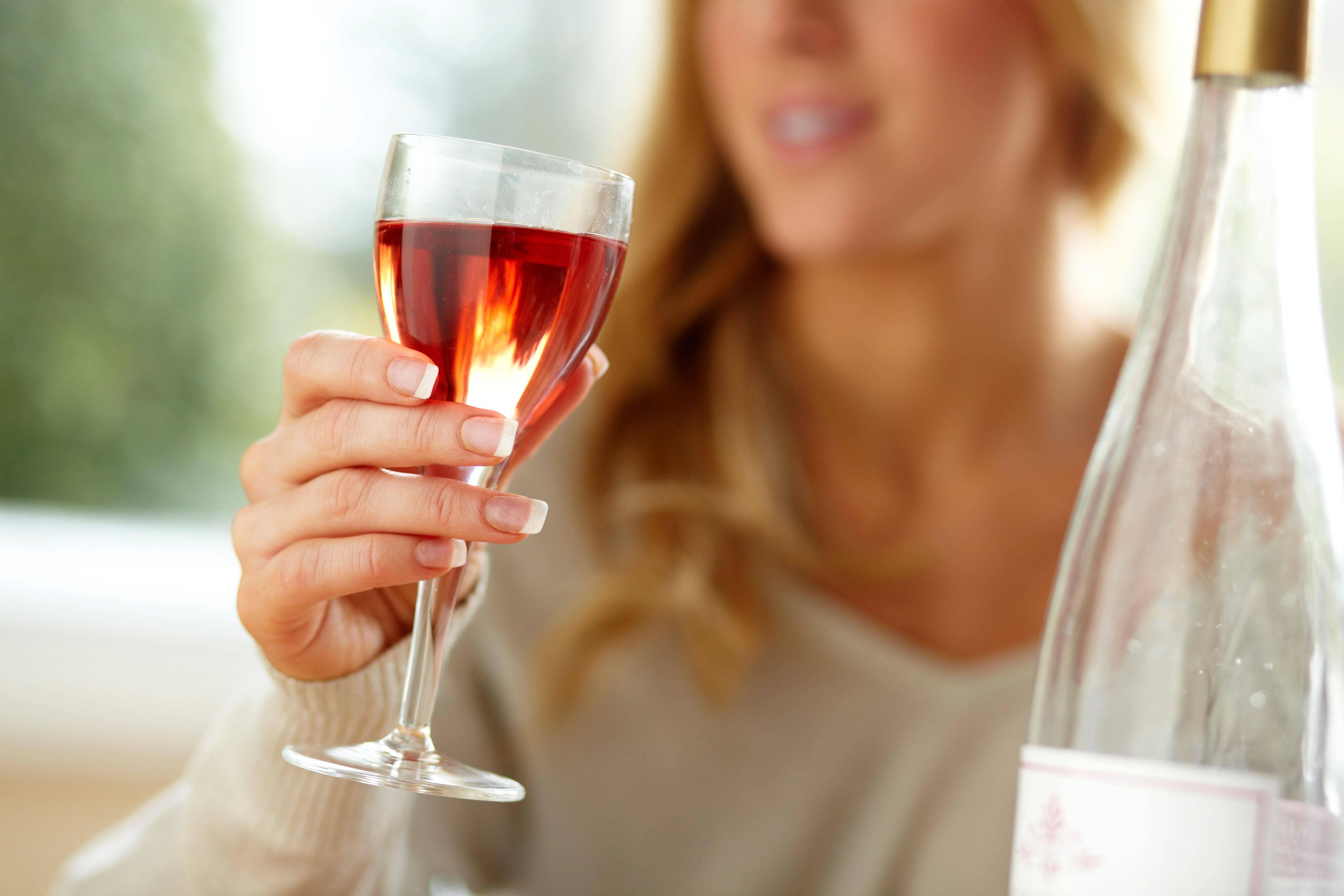 Может ли женщина, кормящая малыша грудью, выпить бокал красного или белого вина? не навредит ли алкоголь грудничку?