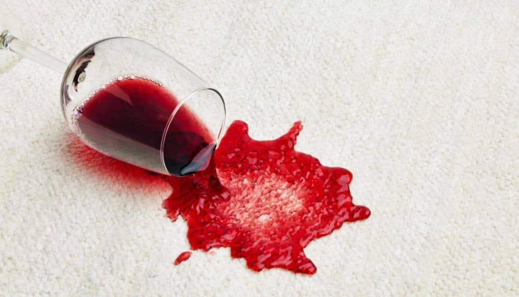 Чем отстирать красное вино: способы удалить свежее или старое пятно, очистить диван