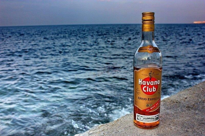 Что пьют на карибах: обзор традиционного алкоголя, который можно привезти на родину, когда границы снова откроют