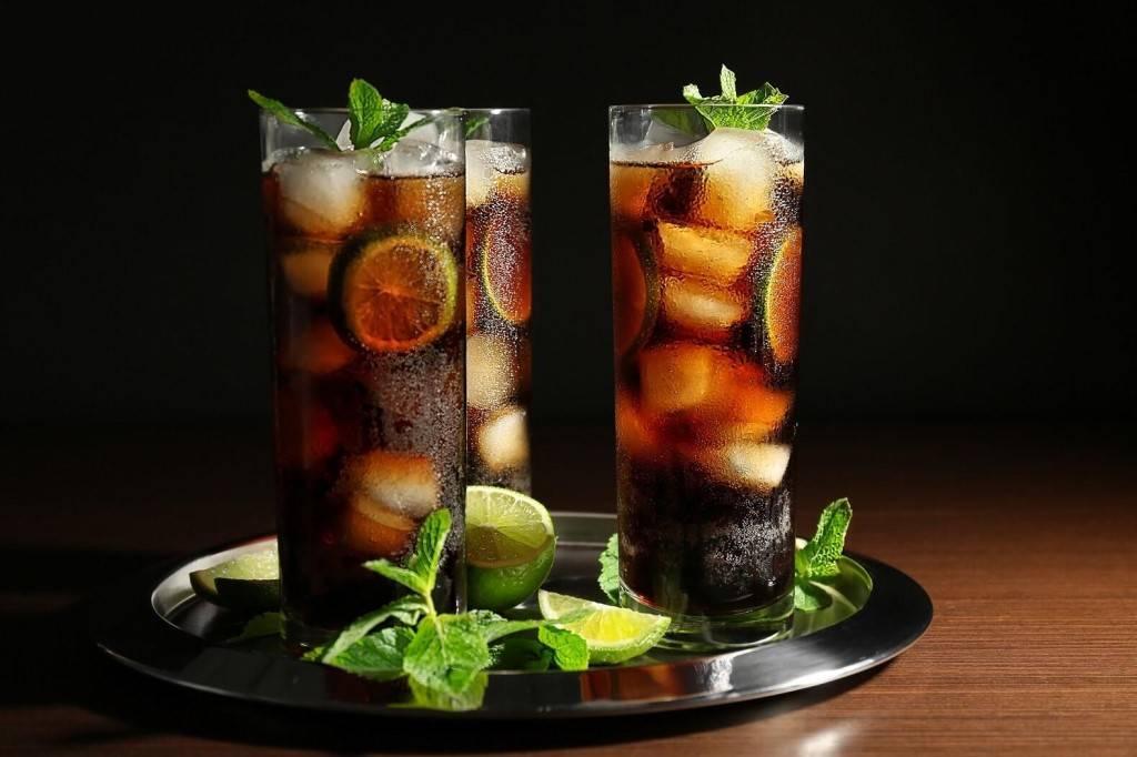 Происхождение и рецепты коктейлей из рома и кока-колы. как пить и чем лучше закусывать?