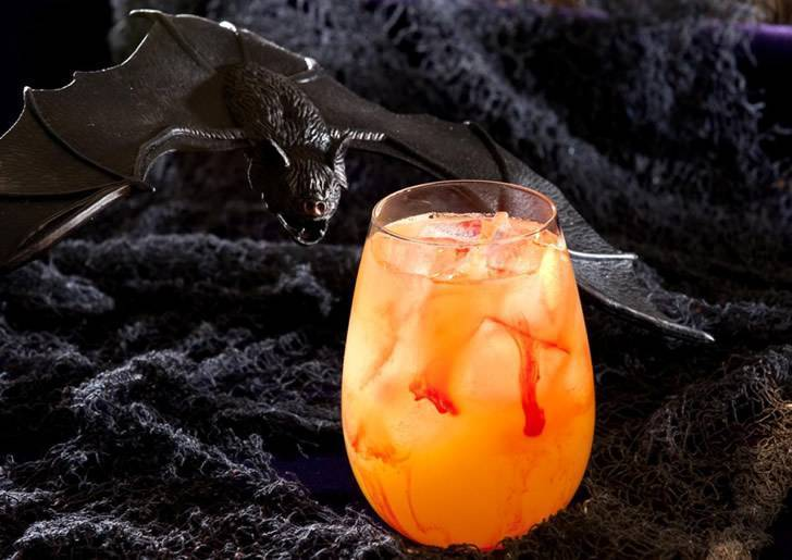 Страшные напитки на хэллоуин. алкогольные напитки на хэллоуин: идеи и примеры коктейлей. создание отрубленной руки для пунша