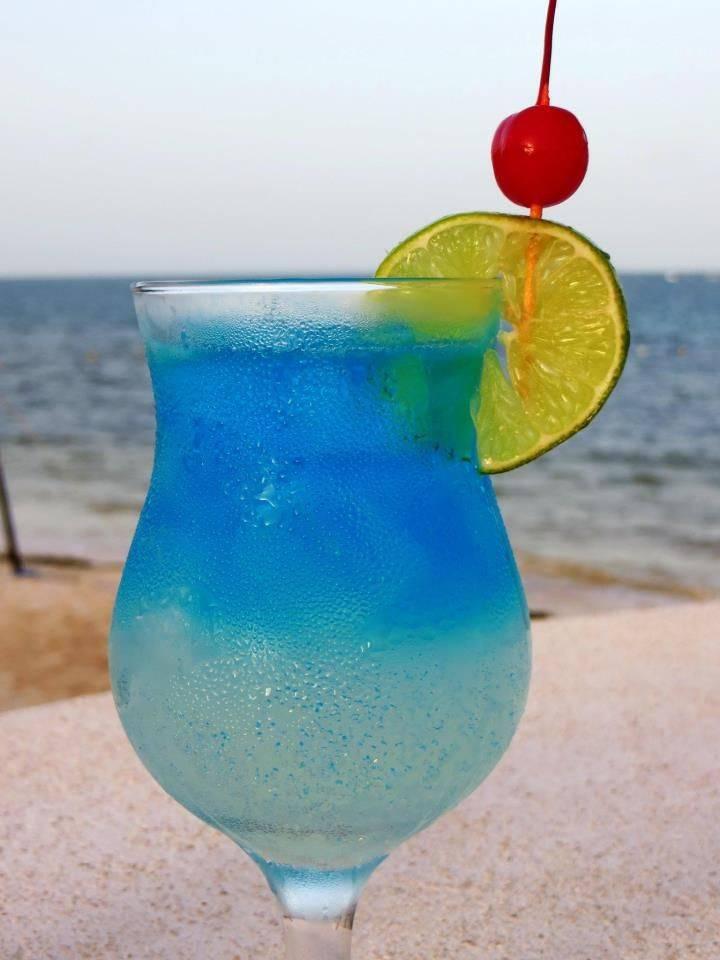 """Коктейль """"голубая лагуна"""": что это такое и как его пить?"""