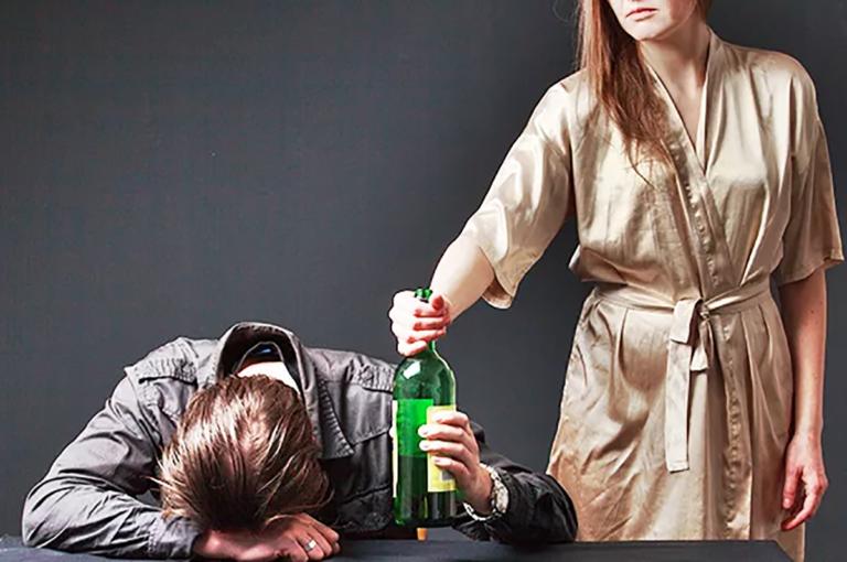 Что делать с алкоголиком в семье: советы близким, как себя вести и общаться с зависимым, а также бороться с пристрастием    suhoy.guru