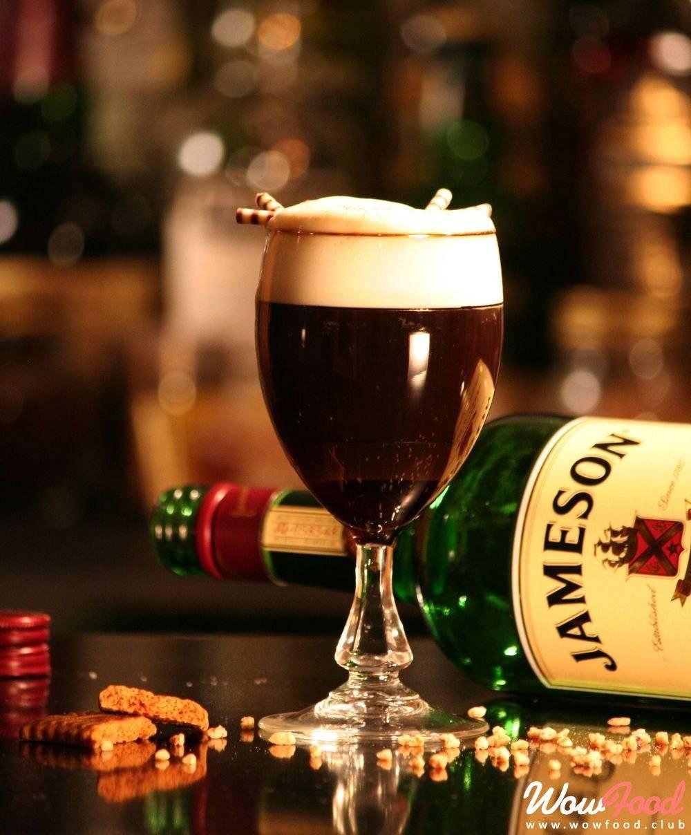 Ирландский мотив в чашке ароматного кофе с благородным виски