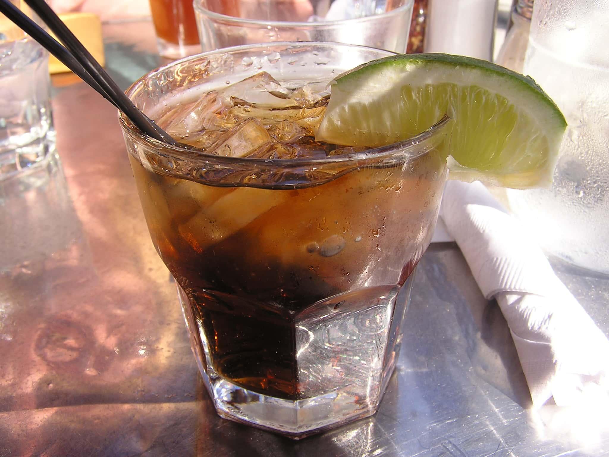 Коктейль - ром с колой и кофе