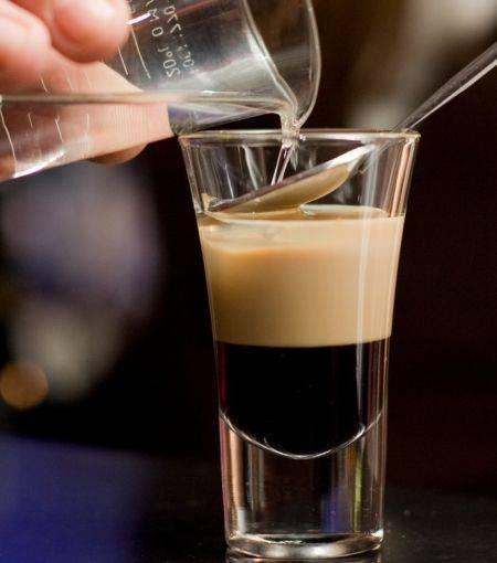 С чем пьют ликер бейлиз? лучшие рецепты коктейлей, напитков, кофе с ликером бейлиз: описание. какие бокалы, закуску подают для ликера бейлиз?