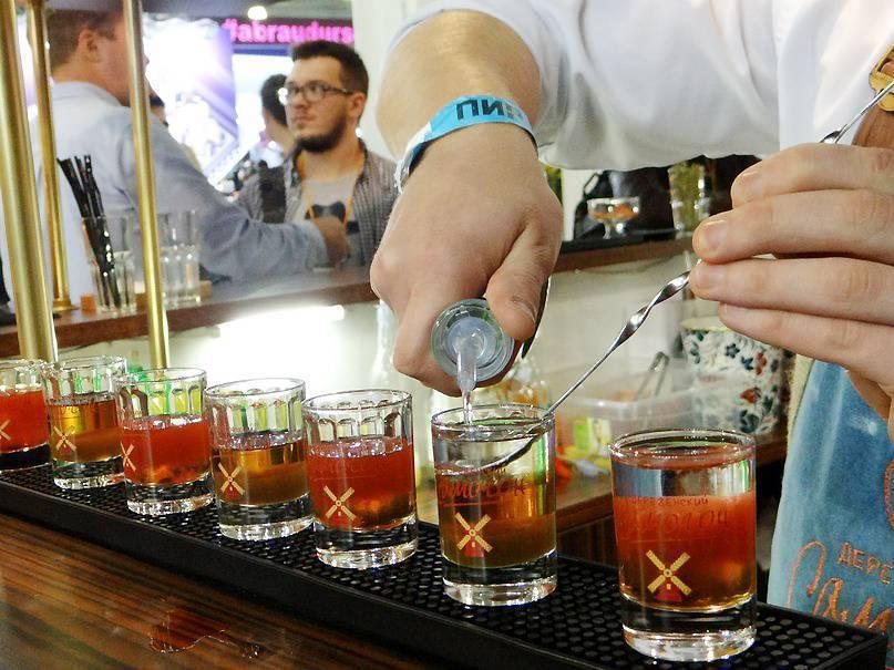 Как правильно пить самогон: чем запивать и закусывать
