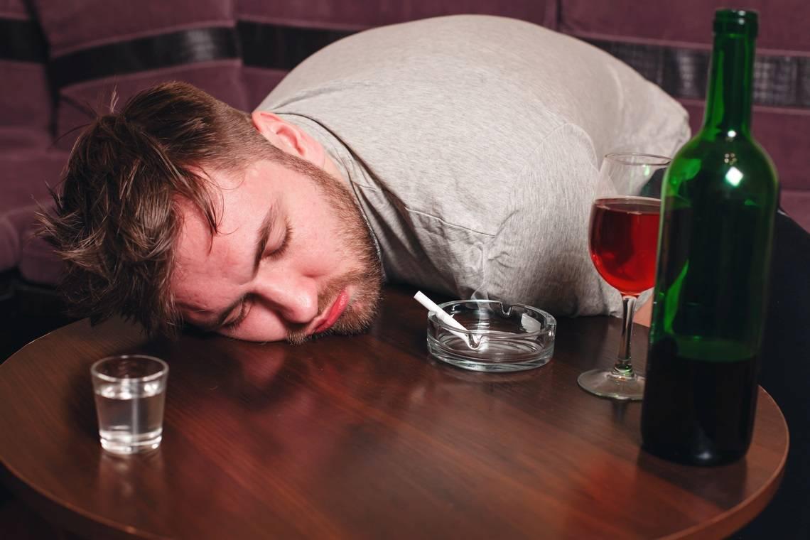От чего болят глаза после алкоголя