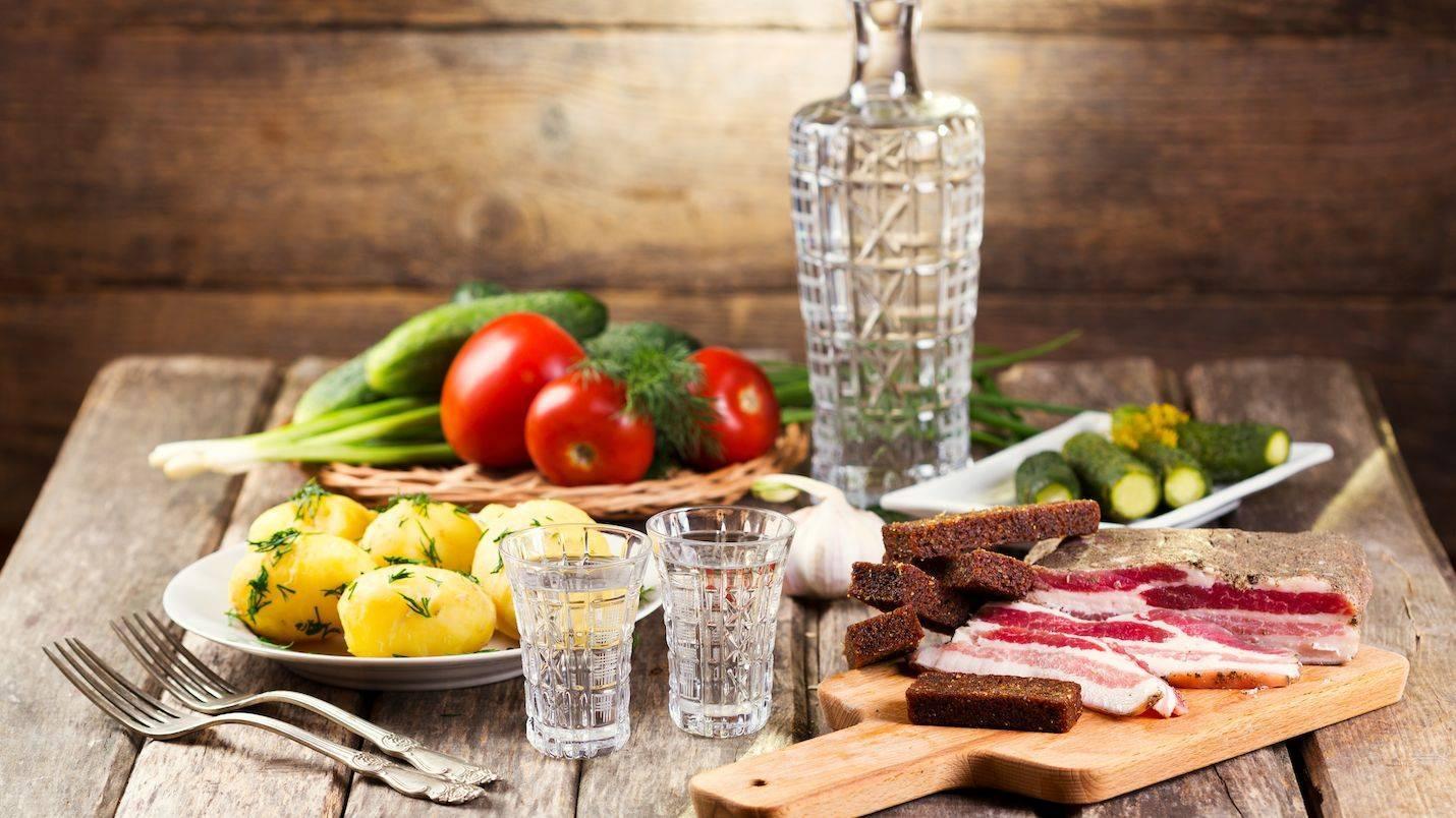 Чем лучше закусывать водку: как правильно это делать и можно ли запивать водой, молоком или кефиром, закуски к водке - рецепты с фото