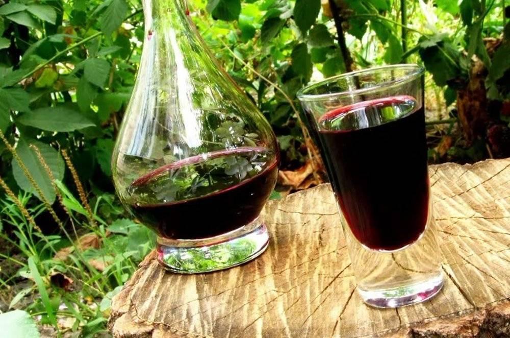 Ликер из листьев вишни и черноплодной рябины, из красных ягод