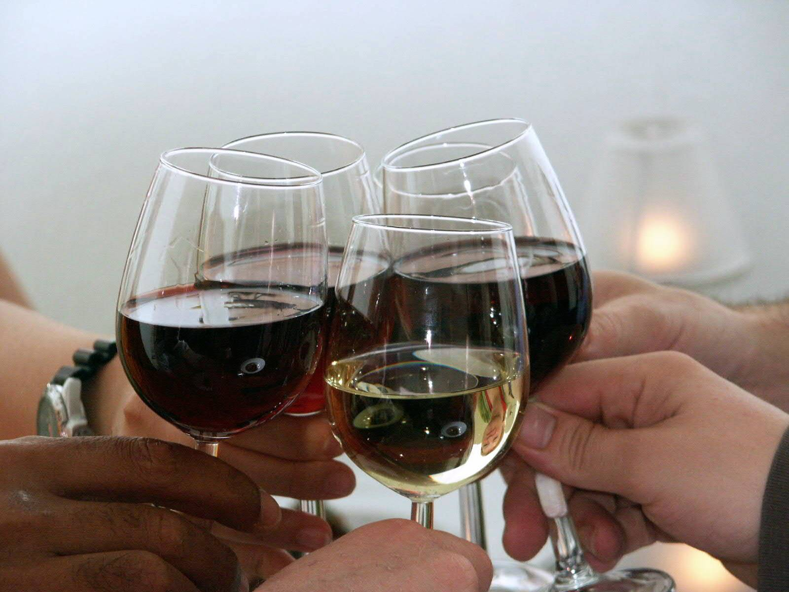Кириллица   почему люди на самом деле чокаются бокалами перед тем, как выпить