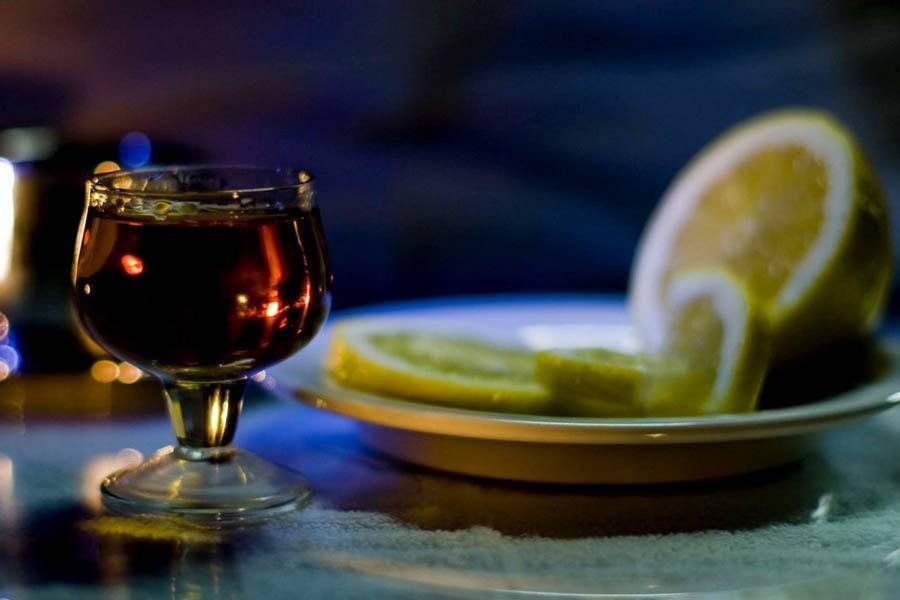 Коньяк при простуде с медом, перцем или лимоном: можно ли пить?