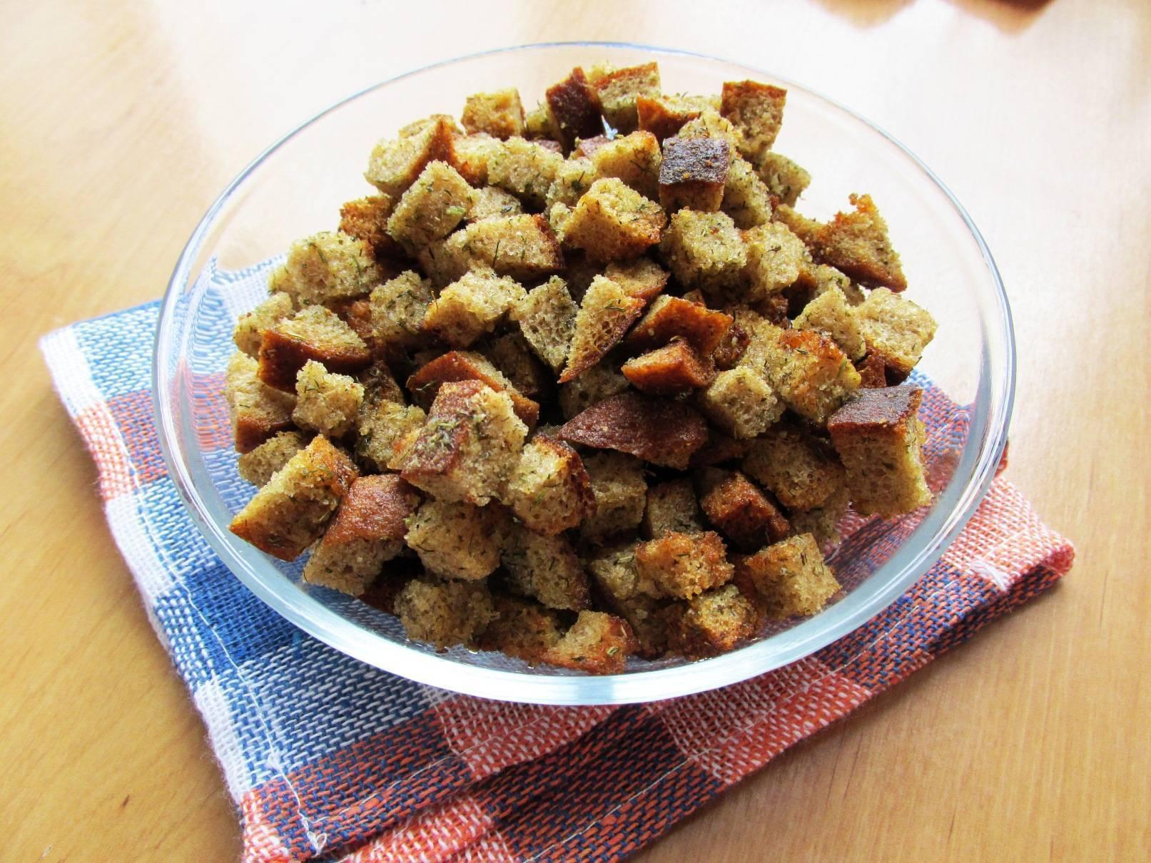 Сухарики из хлеба в духовке с чесноком и специями, 2 самых вкусных рецепта с фото — wowcook.net