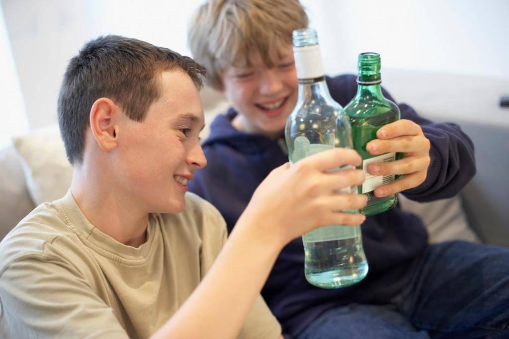 Как вести себя родителям, чтобы их дети не стали алкоголиками