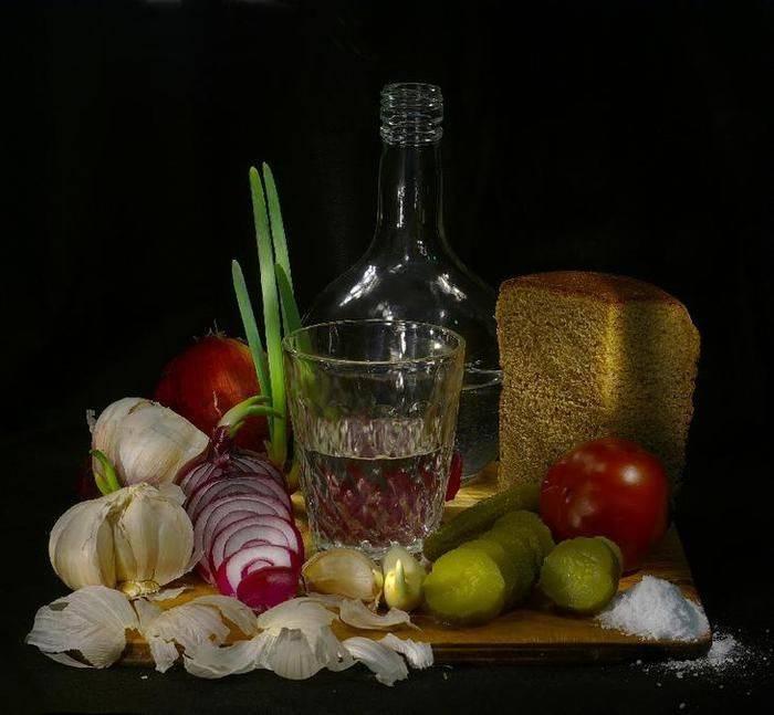 Чем закусывать водку: с соком, с колой, чтобы не опьянеть