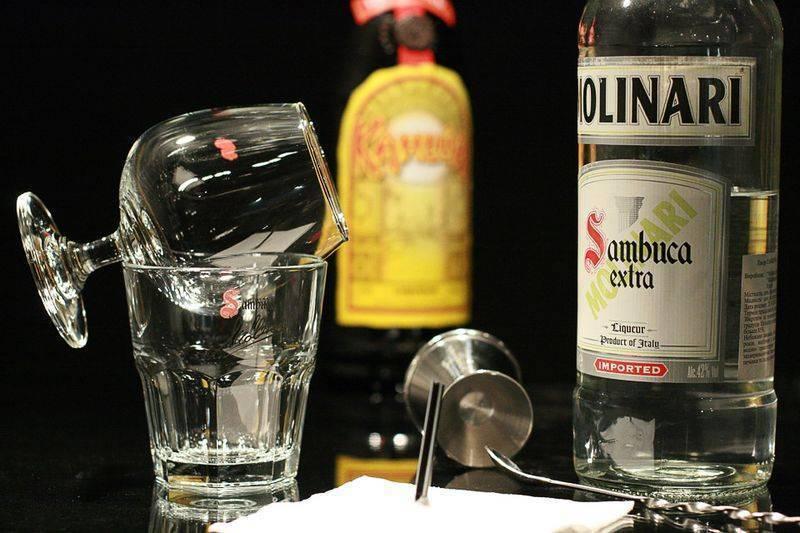 Как правильно пить ликёр самбука: способы употребления