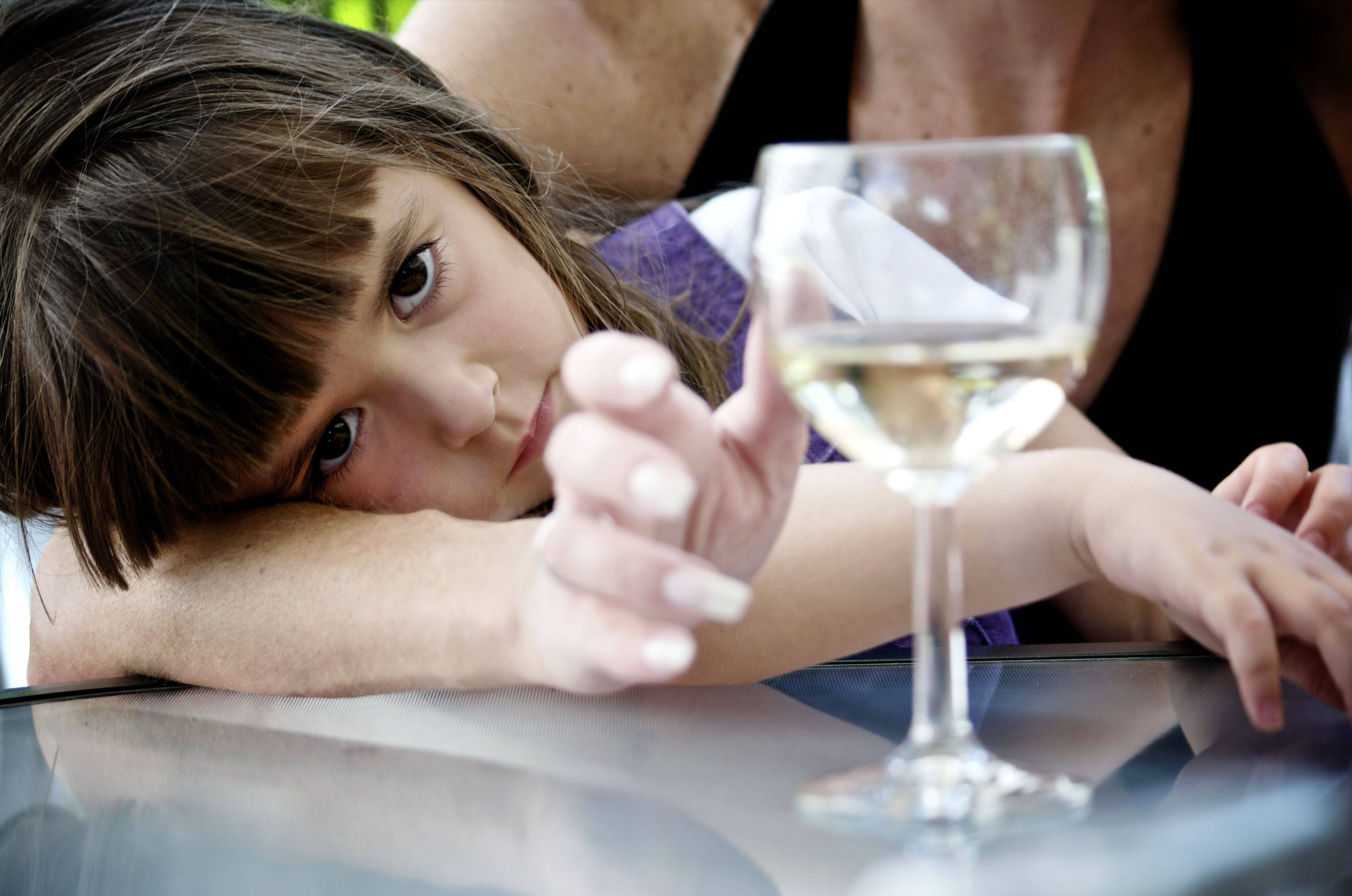 Отец выпивает. как это скажется на детях? предрасположенность к алкоголизму