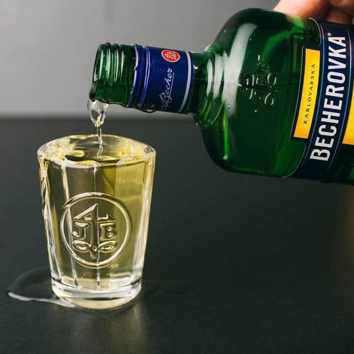 Бехеровка: все о чешском травяном ликере