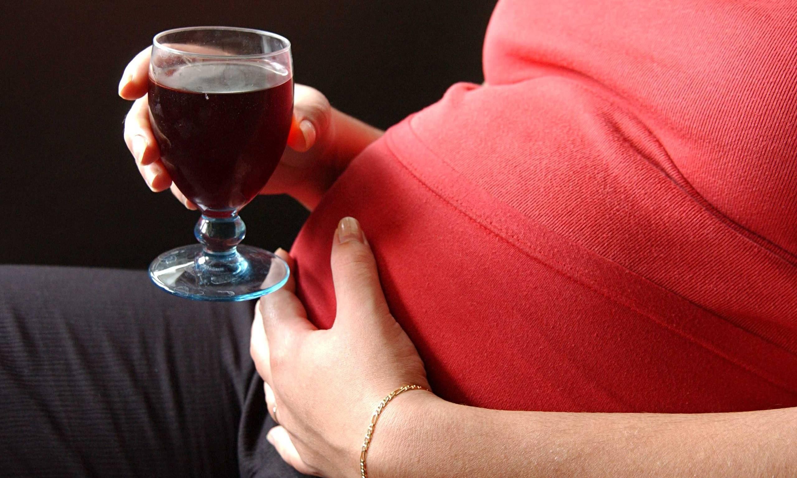 Бокал красного или белого: можно ли пить вино беременным?